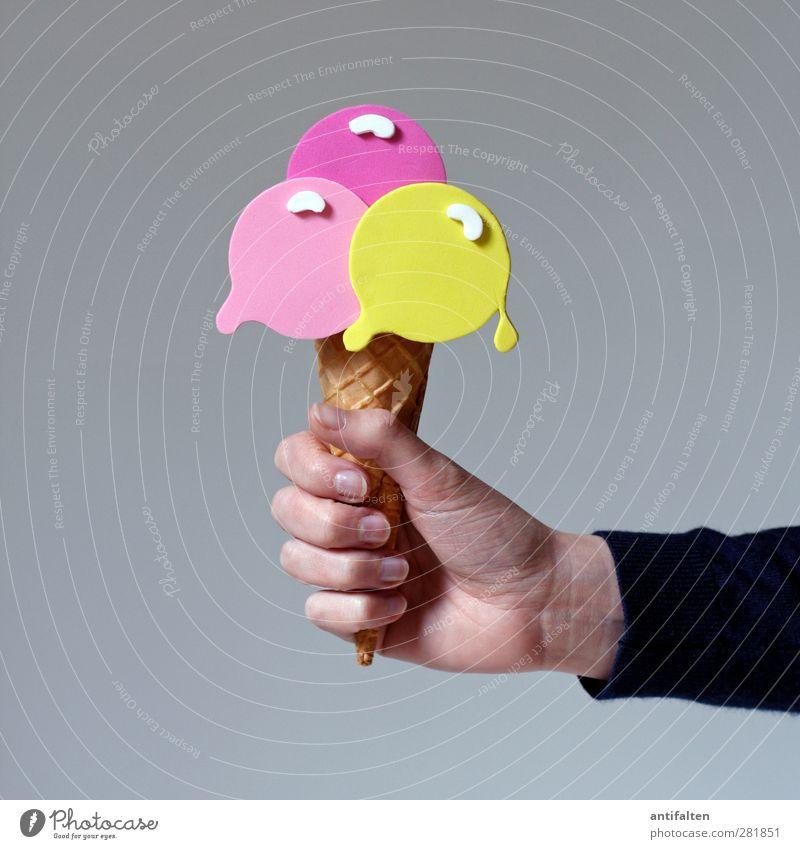 Dä, Eis! Lebensmittel Speiseeis Ernährung Essen feminin Frau Erwachsene Arme Hand Finger 1 Mensch Pullover Eiswaffel Kunststoff außergewöhnlich mehrfarbig gelb