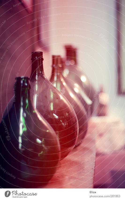Ein alter Gärballon aus Glas zur Herstellung von Wein Glasballon Weinballon Weinherstellung Glasbottich Flasche rund Vinothek Weinkelterei Winzer Kelterei