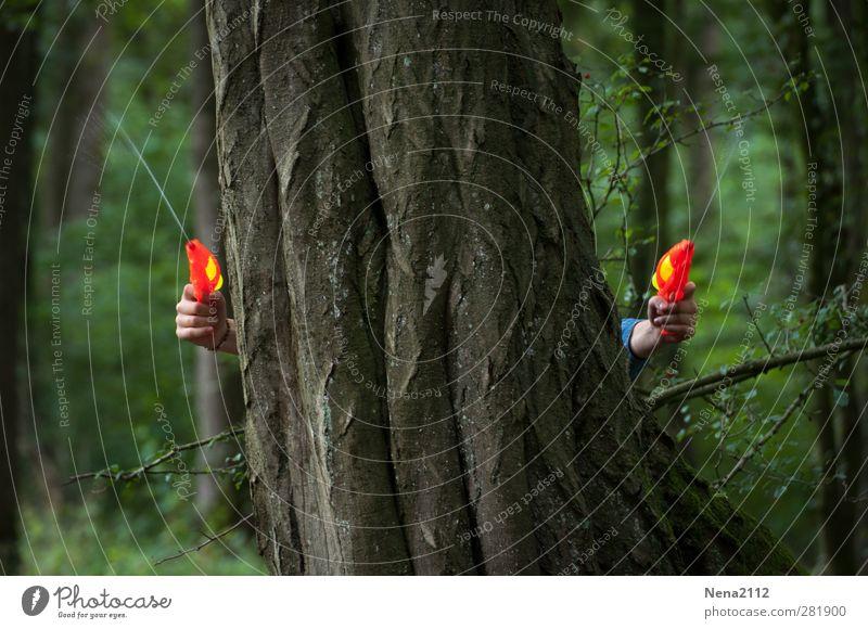 Attacke! Mensch Kind Natur Wasser grün Hand Sommer Baum Freude dunkel Spielen lustig braun orange Freizeit & Hobby Abenteuer