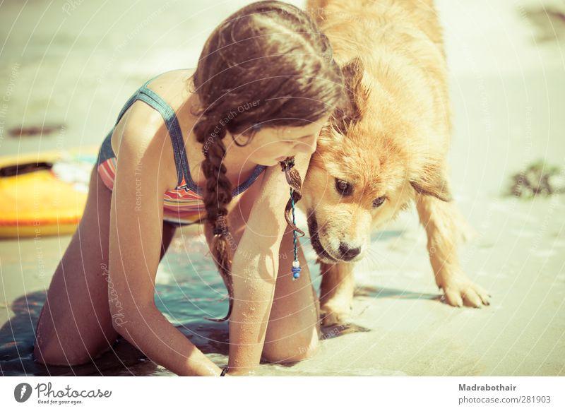 Strandspiele Hund Mensch Kind Wasser Ferien & Urlaub & Reisen Sommer Meer Mädchen Freude Strand Tier feminin Spielen Tierjunges Sand Zusammensein