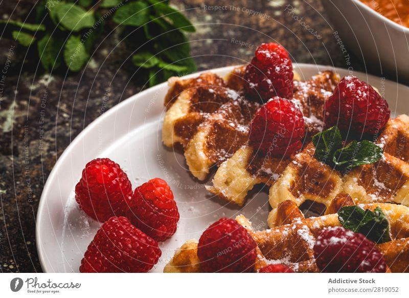 Waffel mit Sahne-Himbeeren und Schokoladen-Erdbeeren Lebensmittel süß Dessert Creme Belgier Frucht Kreativität lecker Geschmackssinn Zucker Kuchen Coolness