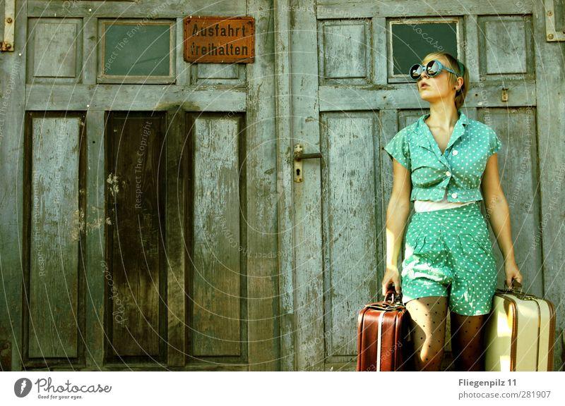 warten... Stil feminin Junge Frau Jugendliche Körper 1 Mensch 18-30 Jahre Erwachsene Tür Mode Bekleidung Hose Strumpfhose Tasche Koffer Sonnenbrille kurzhaarig