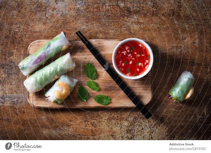 Vietnamesische Brötchen Nahaufnahme Vogelperspektive Vietnamesen Walze frisch Lebensmittel Frühling Reis Lachs weiß Gesundheit Gemüse Saucen Krabbe Papier