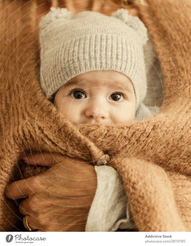 Junge in der Jacke Baby Kind Mama Mutter Großmutter Nizza Coolness niedlich hübsch Beautyfotografie klein Auge Lächeln Mensch Hand Ring Goldring Europa Spanisch