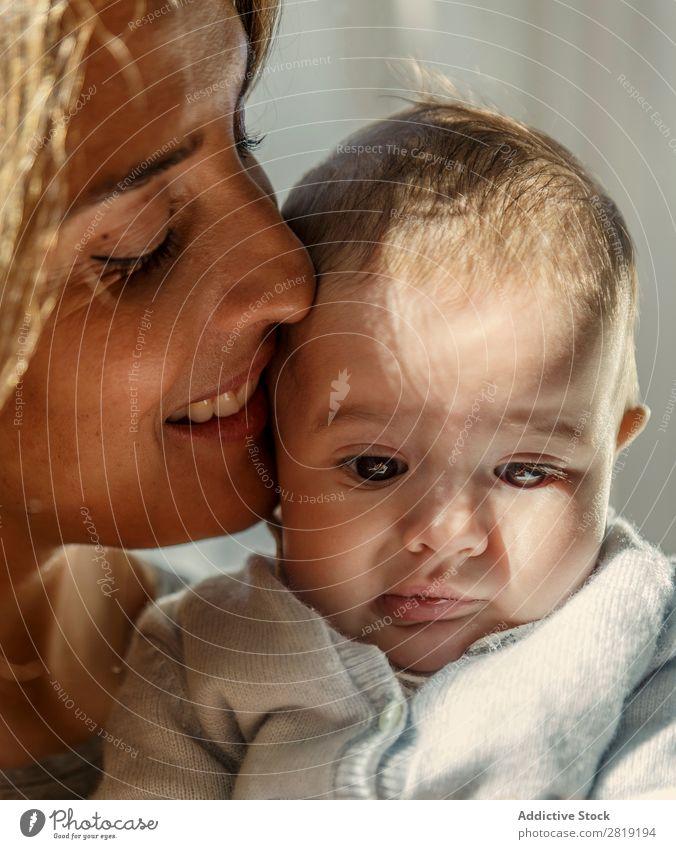 Mama und Baby Kind Junge Mutter Jacke Großmutter Nizza Coolness niedlich hübsch Beautyfotografie klein Auge Lächeln Mensch Hand Ring Goldring Europa Spanisch