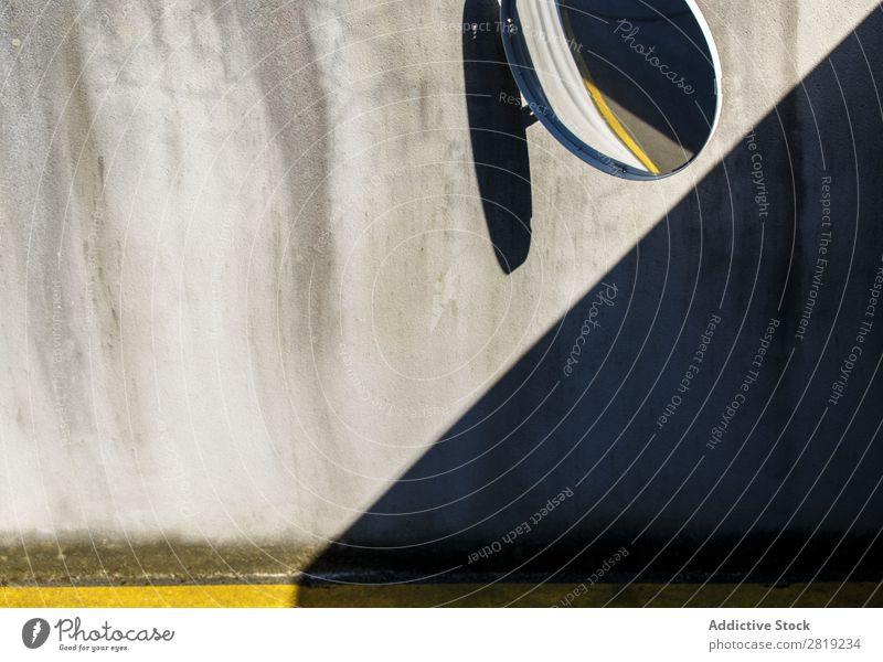 Garagenspiegel und Schatten Spiegel Park PKW Kreis Linie gelbe Linie Wand Beton Tür Hauseingang Tor Zugang Fahrzeug Verkehr Symbole & Metaphern Signal schwarz