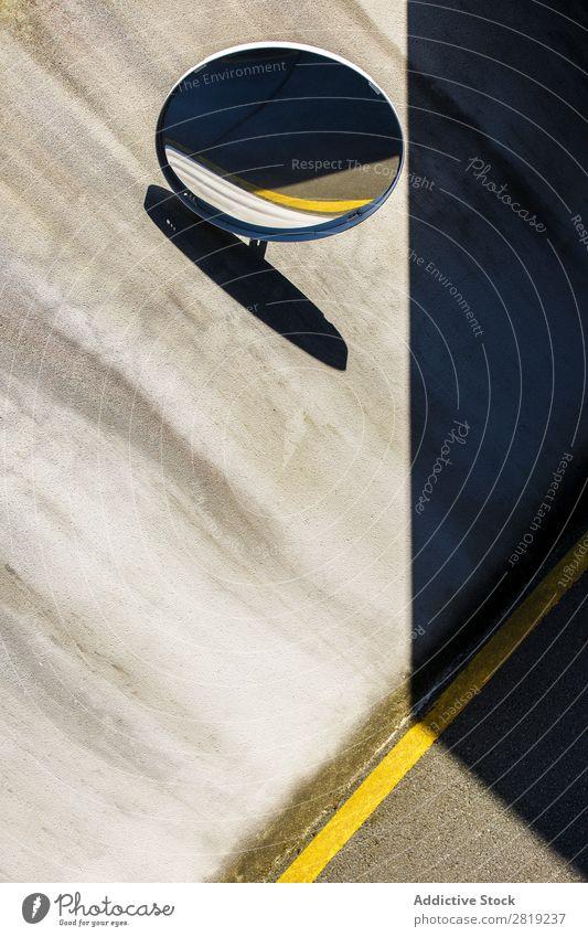 Spiegel der Garage zwischen den Schatten Park PKW Kreis Linie gelbe Linie Wand Beton Tür Hauseingang Tor Zugang Fahrzeug Verkehr Symbole & Metaphern Signal