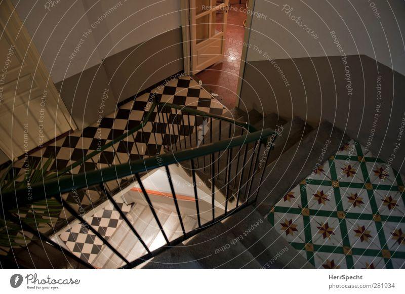 Cage d'escalier Haus Bauwerk Gebäude Architektur Mauer Wand Treppe alt Stadt mehrfarbig Treppenhaus Treppengeländer Tür Fliesen u. Kacheln Bodenplatten Farbfoto