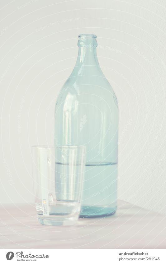 wasserflasche. Lebensmittel Trinkwasser Tasse Glas ästhetisch sanft voll blau Reflexion & Spiegelung Wand Holz Tischplatte Strukturen & Formen Kunst beige