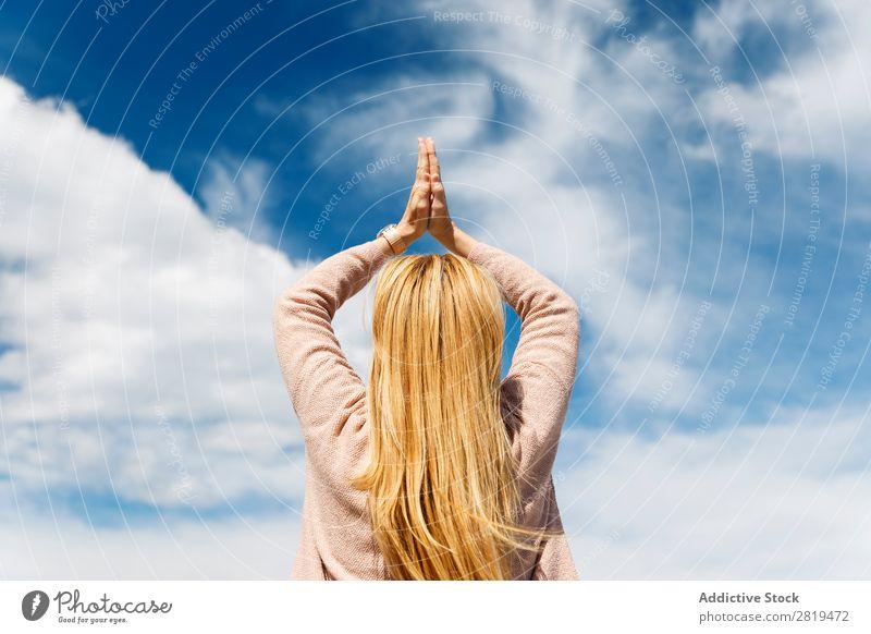 Blick in den Himmel Frau Yoga Wolken blond Erholung Yoga praktizieren Achtsamkeit Natur Aussicht Landschaft donostia gros San Sebastián Spanien Europa