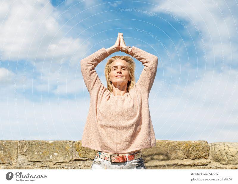 Yoga praktizieren Frau Himmel Wolken blond Erholung Achtsamkeit Natur Aussicht Landschaft donostia gros San Sebastián Spanien Europa Meditation Erwachsene Yogi