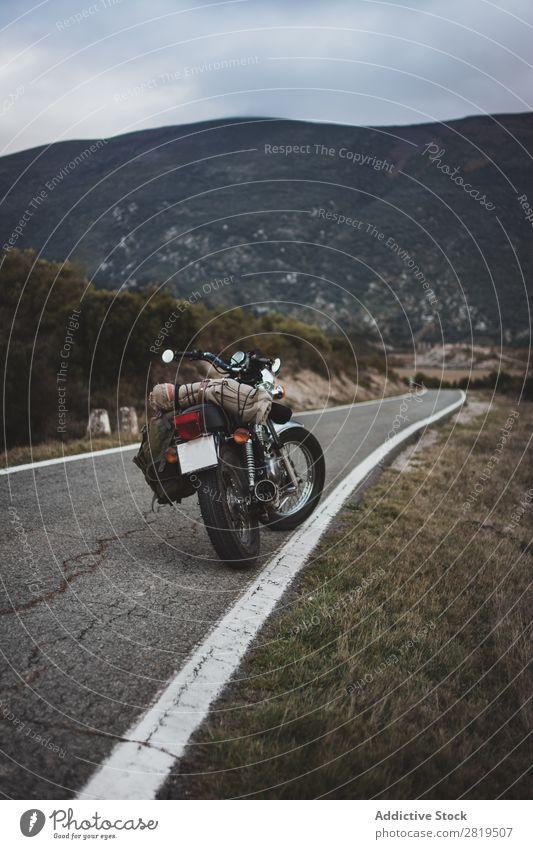 Geparkte Motorräder am Straßenrand Landschaft Berge u. Gebirge Freiheit Fahrbahn Motorrad reisend Wege & Pfade Abenteuer geparkt Verkehr Menschenleer Natur