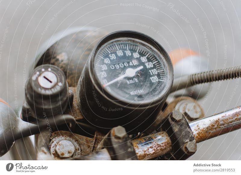 Tachometer auf altem Motorrad Rost altehrwürdig Waage Pfeile Zeiger Fahrzeug Fahrrad Lokomotive retro Metall klassisch Grunge Stahl Ausritt Verkehr Stil dreckig