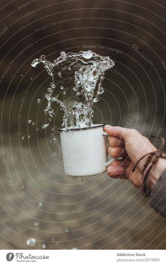 Handwaschwasser aus der Tasse Geplätscher Wasser Sauberkeit Gesundheit frisch Tropfen