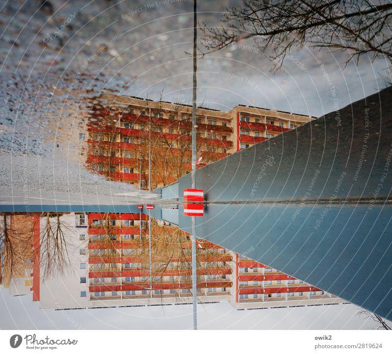 Bautzen geht baden Wasser Himmel Wolken Winter Baum Zweige u. Äste Pfütze Haus Platz Gebäude Plattenbau DDR Mauer Wand Fassade Balkon Fenster Parkplatz