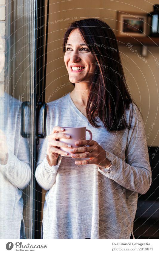 Schöne junge Frau, die zu Hause Kaffee trinkt. Tee Lifestyle Freude Glück schön Erholung ruhig Erfolg Mensch feminin Junge Frau Jugendliche Erwachsene 1