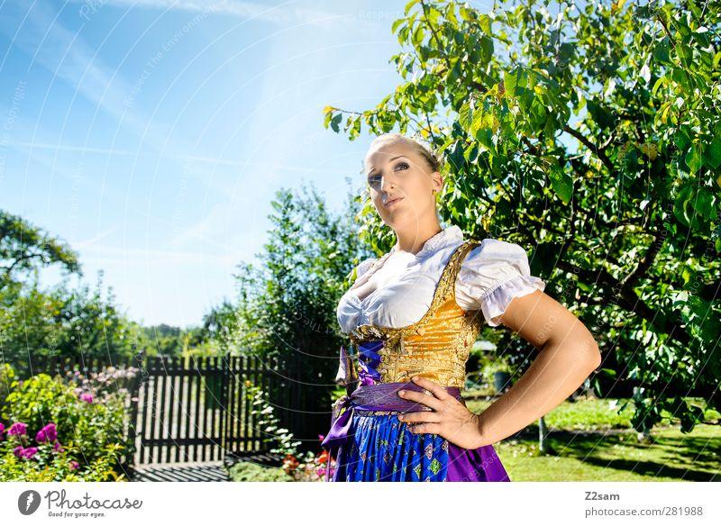 Heimat Mensch Jugendliche schön Sommer Baum Landschaft Erwachsene Junge Frau feminin Garten Stil Mode 18-30 Jahre blond elegant Schönes Wetter