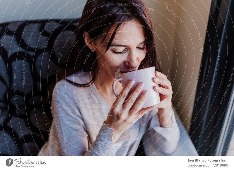 Schöne junge Frau, die Kaffee trinkt. Frühstück trinken Tee Lifestyle Freude Glück schön Erholung ruhig Haus Schlafzimmer Erfolg Mensch feminin Junge Frau