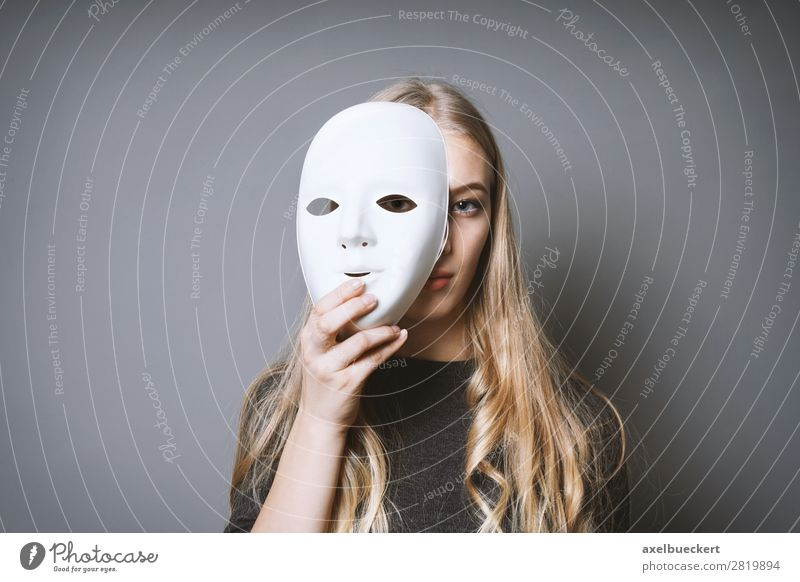 junge Frau hinter Maske Mensch feminin Junge Frau Jugendliche Erwachsene 1 13-18 Jahre 18-30 Jahre Kunst Künstler Theaterschauspiel Schauspieler Kultur blond