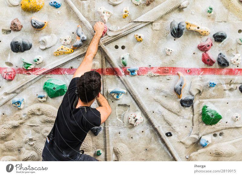 Mann übt Klettern an einer künstlichen Wand in Innenräumen. Lifestyle Freude Freizeit & Hobby Sport Bergsteigen Mensch maskulin Erwachsene 1 18-30 Jahre