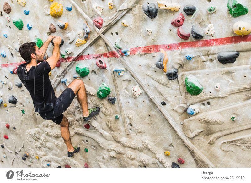 Mann übt Klettern an einer künstlichen Wand in Innenräumen. Lifestyle Freude Freizeit & Hobby Sport Bergsteigen Mensch Erwachsene 1 18-30 Jahre Jugendliche