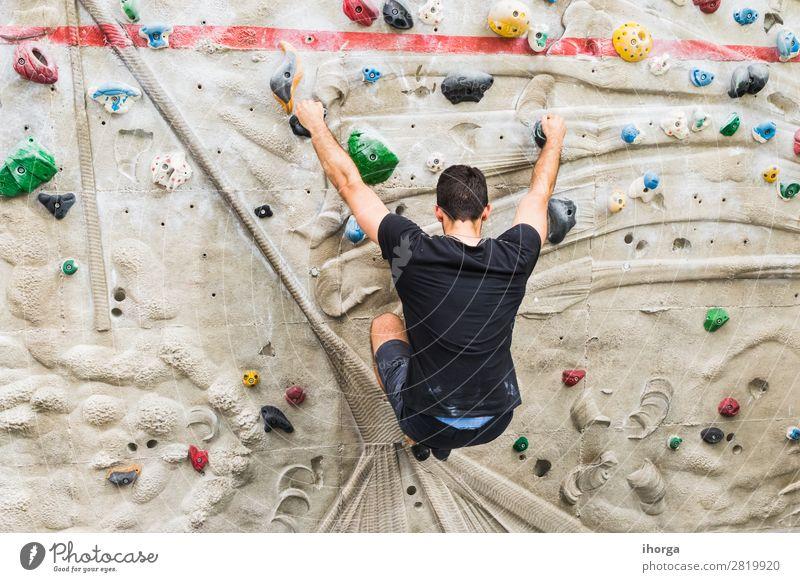 Ein Mann, der das Klettern an einer künstlichen Wand in Innenräumen übt. Lifestyle Freude Freizeit & Hobby Sport Bergsteigen Erwachsene 1 Mensch 18-30 Jahre