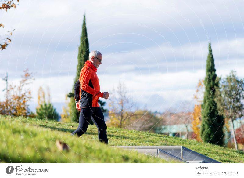 Seitenansicht eines älteren kaukasischen Athleten beim Mannstraining Lifestyle Erholung Freizeit & Hobby Sport Klettern Bergsteigen Joggen Mensch maskulin