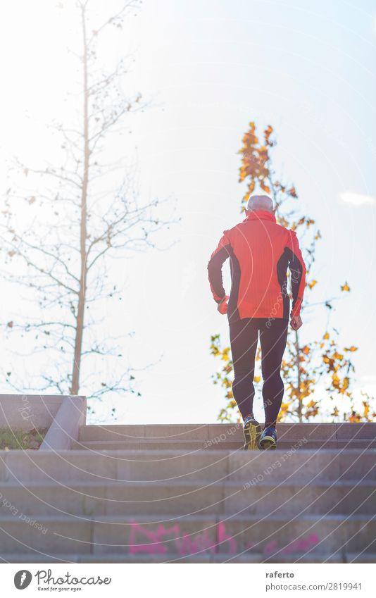 Rückansicht eines älteren kaukasischen Athleten, der ein Mannstraining durchführt. Lifestyle Erholung Freizeit & Hobby Sport Klettern Bergsteigen Joggen Mensch