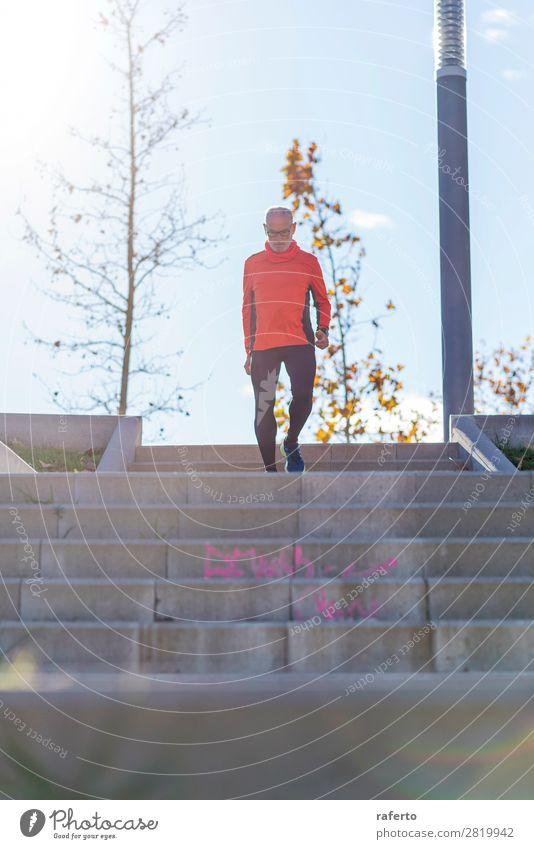 Vorderansicht eines älteren kaukasischen Athleten, der ein Mannstraining durchführt. Lifestyle Erholung Freizeit & Hobby Sport Klettern Bergsteigen Joggen