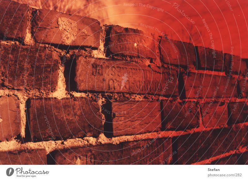 Blutrote Mauer alt rot Architektur Dresden Backstein Verlauf Sachsen entgegengesetzt