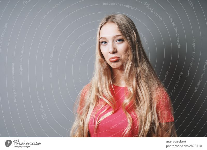 weiblicher Teenager schmollt Mensch feminin Junge Frau Jugendliche Erwachsene 1 13-18 Jahre 18-30 Jahre T-Shirt blond langhaarig Gefühle Enttäuschung schmollen