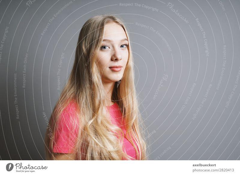 junge Frau mit langen blonden Haaren Mensch feminin Junge Frau Jugendliche Erwachsene 1 13-18 Jahre 18-30 Jahre T-Shirt langhaarig positiv rosa Zufriedenheit