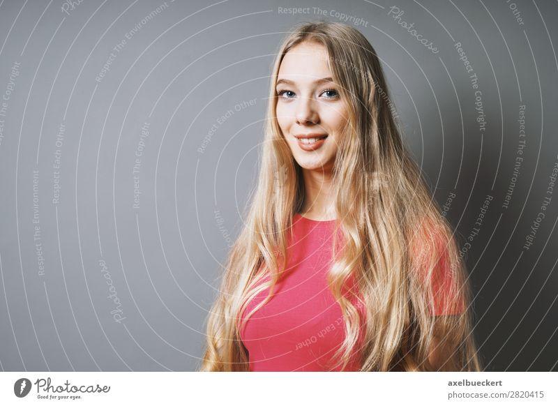 weiblicher Teenager mit langen blonden Haaren Mensch feminin Junge Frau Jugendliche Erwachsene 1 13-18 Jahre 18-30 Jahre T-Shirt langhaarig Lächeln lachen