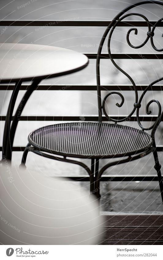 Straßencafé Terrasse Metall grau ästhetisch Freizeit & Hobby einzigartig Tisch Stuhl Café leer frei Farbfoto Gedeckte Farben Außenaufnahme Muster