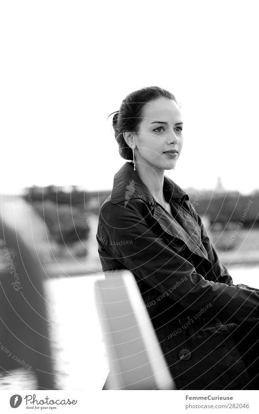 Femme française VII. Mensch Frau Jugendliche schön Erwachsene Erholung Junge Frau feminin Luft 18-30 Jahre Park sitzen warten beobachten Stuhl zart