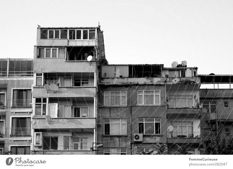 House facades. Stadt Hauptstadt Hafenstadt Menschenleer Haus Hochhaus Fassade Fenster alt Häuserzeile Istanbul Türkei Satellitenantenne schäbig verfallen