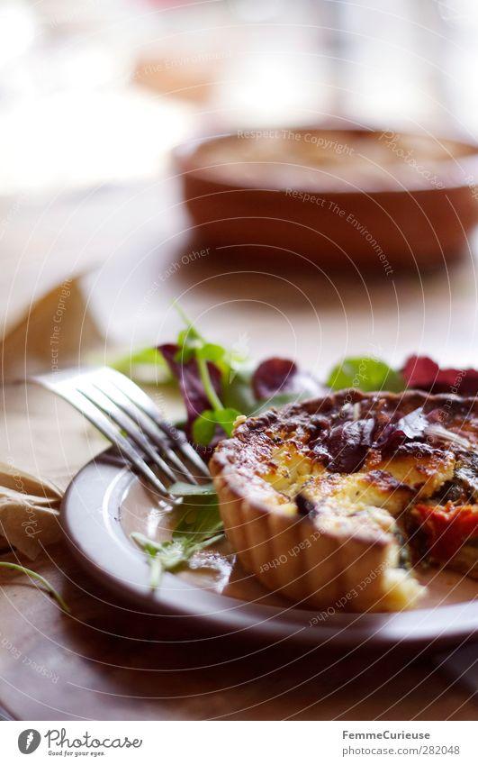 Quiche. Lebensmittel Fleisch Käse Milcherzeugnisse Gemüse Teigwaren Backwaren Kräuter & Gewürze Ernährung Mittagessen Abendessen Büffet Brunch Festessen