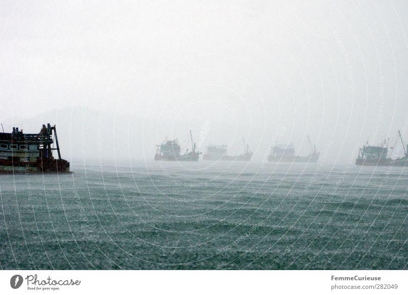 Heavy seas. Natur Meer Berge u. Gebirge Horizont Wasserfahrzeug Regen Wind Nebel hoch gefährlich Abenteuer Wassertropfen Regenwasser Asien Unwetter Bucht