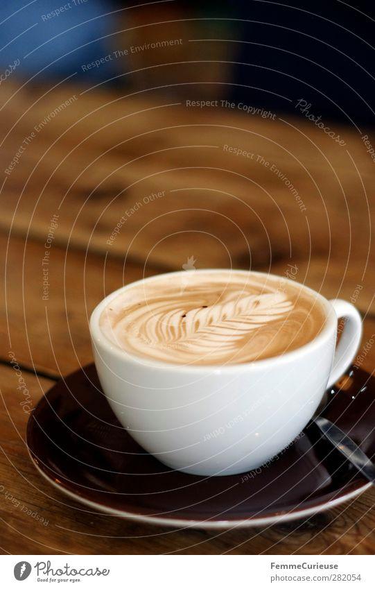 Hot chocolate break. Getränk trinken Heißgetränk Milch Kakao Kaffee Teller Tasse genießen Milchschaum Blatt braun weiß Holztisch Kaffeelöffel Tisch Tischplatte