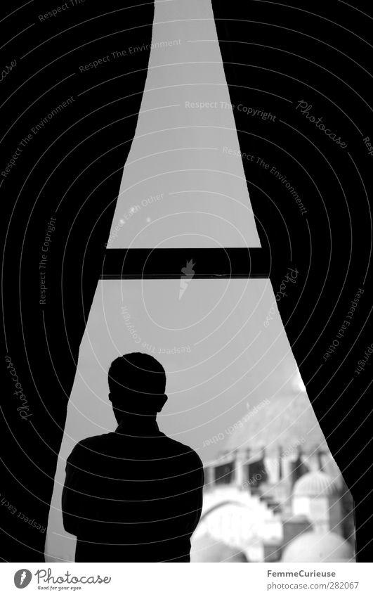 At the window. Mensch Mann Stadt Erwachsene Fenster Architektur Religion & Glaube Denken Arme maskulin Macht beobachten Aussicht Bauwerk Denkmal Wahrzeichen