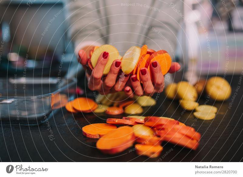 eine Person, die Kartoffeln und Süßkartoffeln in einer schönen Küche kocht. Gemüse Essen Mittagessen Abendessen Diät Tisch Mensch Frau Erwachsene Hand Natur