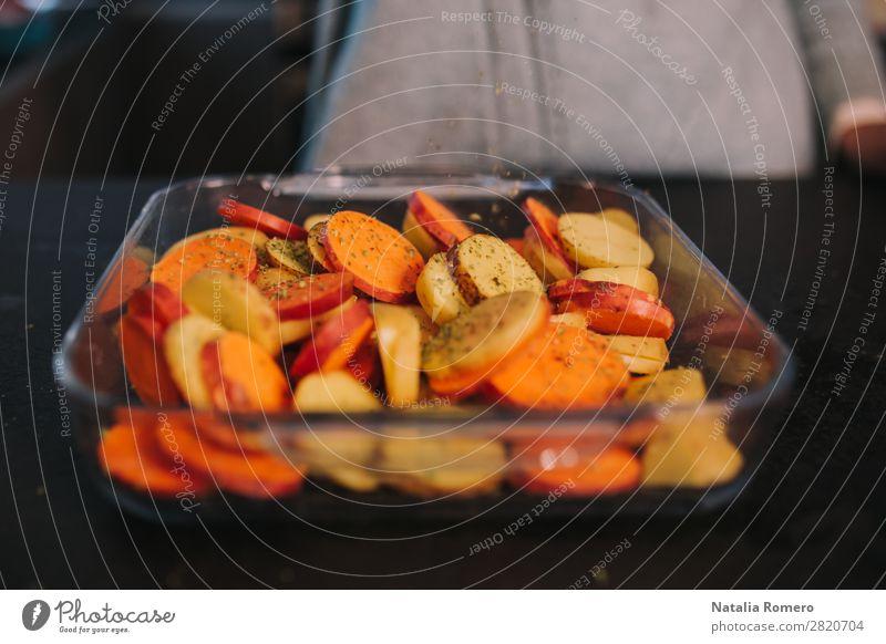 eine Person, die Kartoffeln kocht Gemüse Essen Mittagessen Abendessen Diät Tisch Küche Mensch Frau Erwachsene Hand Natur Holz frisch natürlich gelb grün Farbe