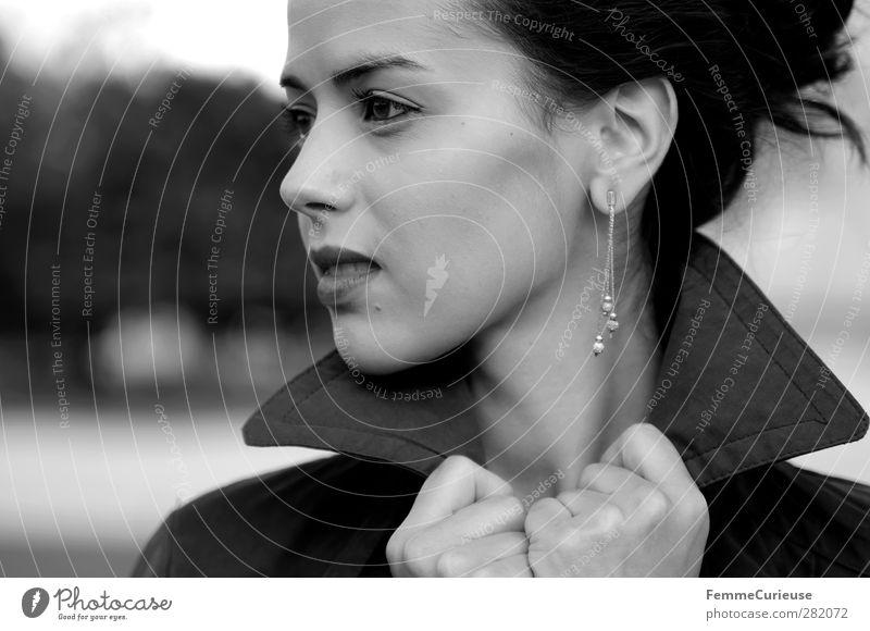 Femme française IX. feminin Junge Frau Jugendliche Erwachsene 1 Mensch 18-30 Jahre schön Franzosen Französisch Frankreich Accessoire Kragen festhalten zuhalten