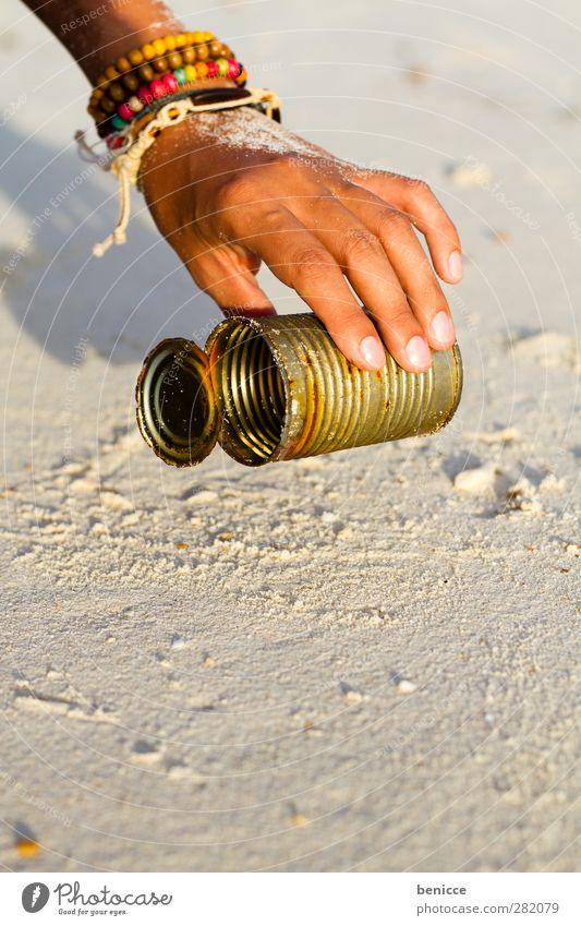 Beach CleanUp Frau Mensch Hand Reinigen aufräumen Müll dreckig Dose Strandgut Umweltschutz Umweltverschmutzung Aktion heben Sammlung Umweltsünder Umweltschaden