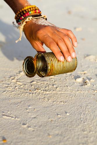 Beach CleanUp Mensch Frau Ferien & Urlaub & Reisen Hand Meer Strand Umwelt Sand dreckig Aktion Finger Reinigen Müll Rost Sammlung Umweltschutz
