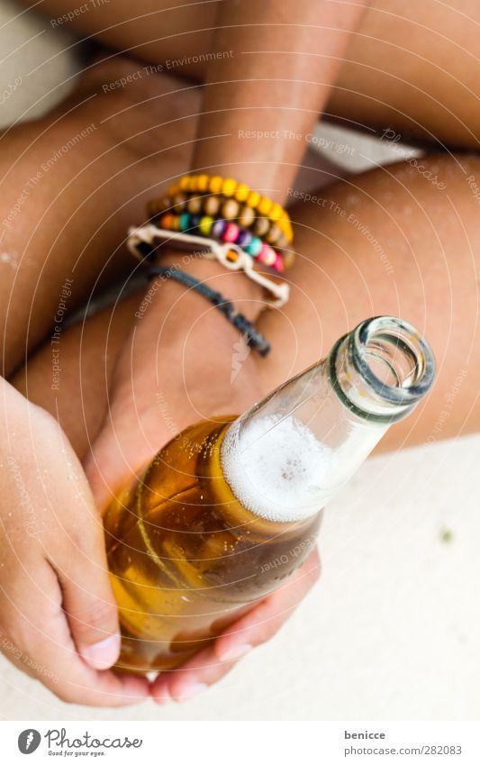 una cerveza por favor Bier Flasche Bierflasche Frau Mensch Hand Finger festhalten sitzen Strand Alkohol Ferien & Urlaub & Reisen Sandstrand Getränk Nahaufnahme