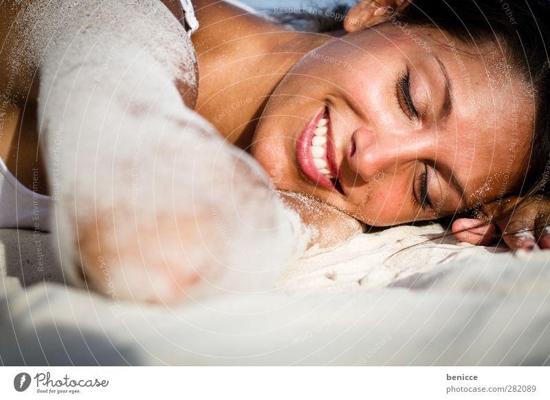 Endlich Urlaub Frau Mensch liegen lachen Lächeln ruhig bewegungslos Sand Sandstrand brünett dunkelhaarig Sommer Strand Ferien & Urlaub & Reisen Erholung Mädchen