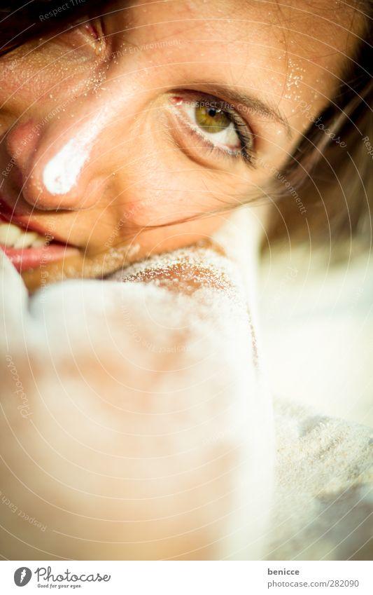 sandig Frau Mensch liegen lachen Lächeln ruhig bewegungslos Erholung Sand Sandstrand brünett dunkelhaarig Sommer Strand Ferien & Urlaub & Reisen Mädchen