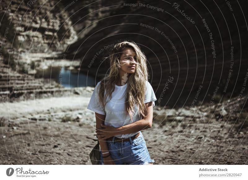 Frau am See stehend hübsch Küste Natur Mädchen Jugendliche schön attraktiv Wasser Beautyfotografie Mensch Porträt Lifestyle Model Park niedlich