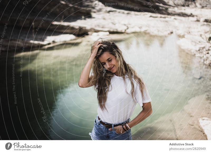 Frau am See stehend hübsch Küste Hände in den Taschen Natur Mädchen Jugendliche schön attraktiv Wasser Beautyfotografie Mensch Porträt Lifestyle Model Park